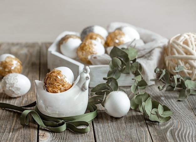 植物と卵でイースター休暇のためのお祝いの構成。イースターの装飾のコンセプト。