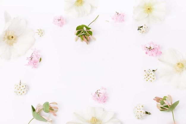 섬세한 분홍색과 흰색 봄 꽃의 축제 구성. 흰색 바탕에 낭만적인 분홍색 꽃으로 만든 프레임입니다. 평평한 평지, 평면도, 복사 공간