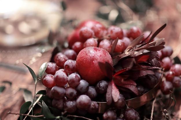 Праздничная композиция из фруктов на столе у молодоженов