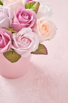 밝은 분홍색 배경에 분홍색 둥근 상자에 아름 다운 섬세 한 장미 꽃 축제 구성. 평면 위치, 복사 공간. 인사말 카드.