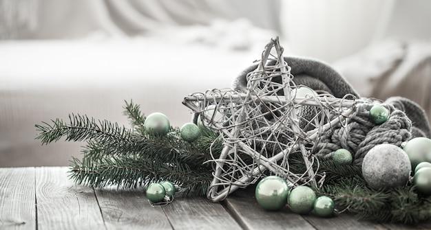 Composizione festiva con decorazioni natalizie