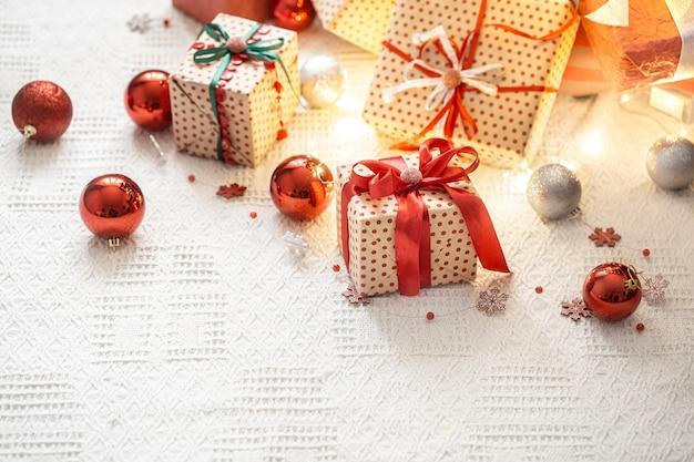 クリスマスの要素とギフトボックスを備えたお祭りの構成