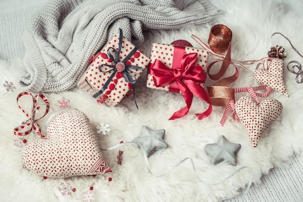 Composizione festiva con un regalo di natale e oggetti di arredamento natalizio