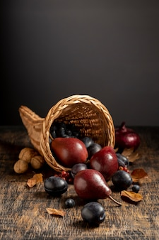 Composizione festosa cornucopia con frutti deliziosi