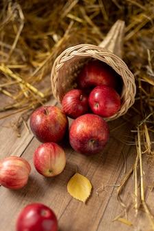 Assortimento di cornucopie festive con deliziosi frutti