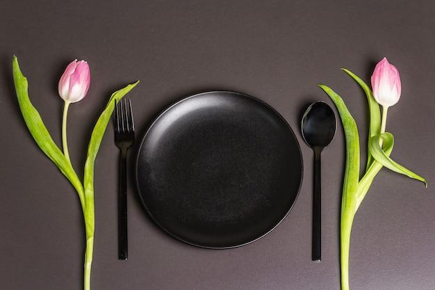 튤립 축제 창조적 인 블랙 테이블 설정과 어두운 배경에 마음을 느꼈다