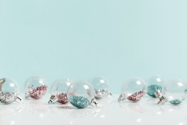 Праздничный творческий синий серебряный рождественский праздник композиция, рождественский декор праздничный шар на синем фоне. рождество, зима, новогодняя концепция.