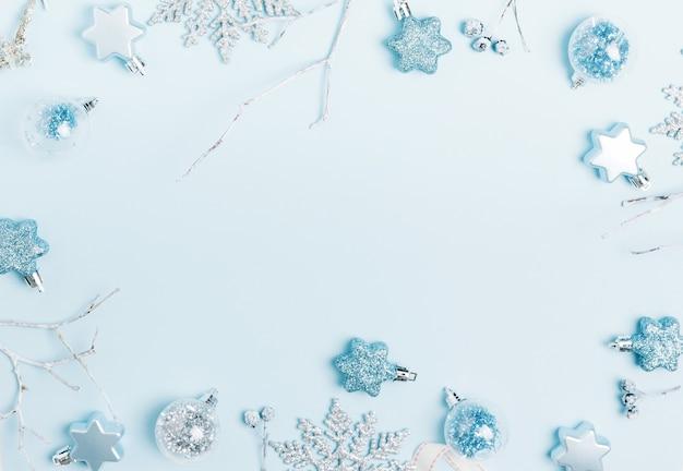 축제 창조적 인 파란색 은색 크리스마스 휴일 구성, 리본이 달린 크리스마스 장식 휴일 공, 파란색 배경에 눈송이. 크리스마스, 겨울, 새 해 개념입니다. 평평한 평지, 평면도, 복사 공간