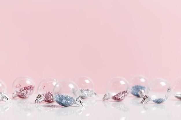 Праздничный творческий розовый серебряный рождественский праздник композиция, рождественский декор праздничный шар на розовом фоне. рождество, зима, новогодняя концепция.