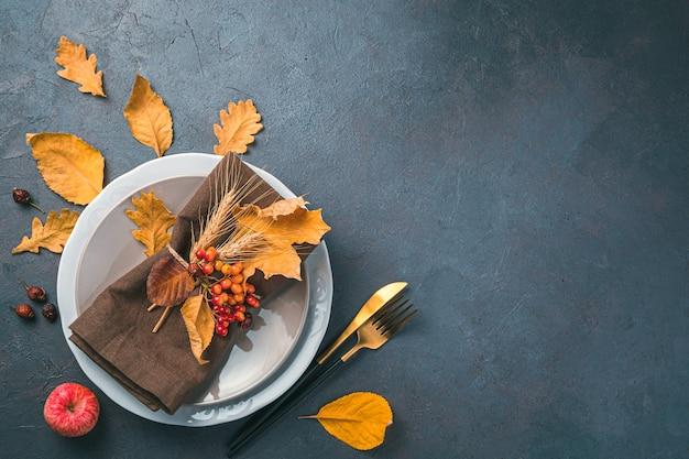 お祝いの料理の背景プレートグレーブルーの背景にナプキン紅葉