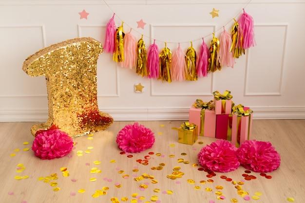 Праздничный декор с конфетти, подарками и гирляндой из кисточек