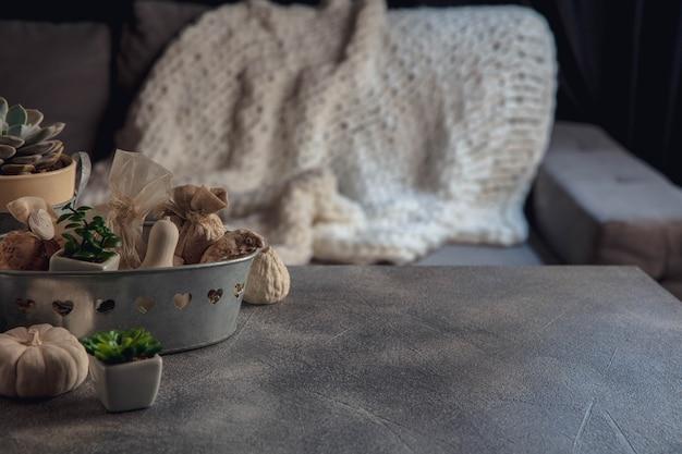 お祝いの装飾、灰色と白の背景に分離されたモダンなデザイン。広告、デザインのためのコピースペース..家の雰囲気と快適さ、休日、ロマンチックな日付、冬、秋、家の快適さの概念。