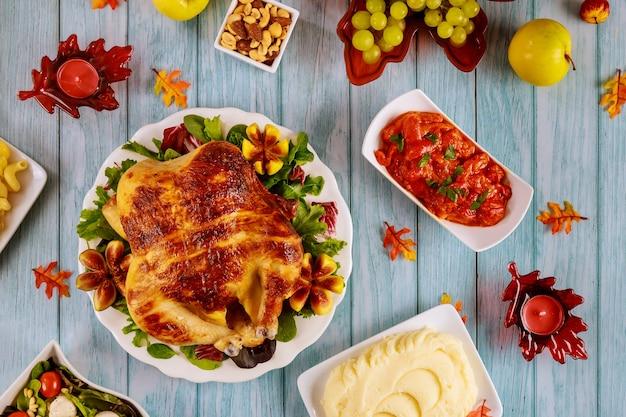 家族の感謝祭の日を祝うためのお祝いのディナーテーブル。