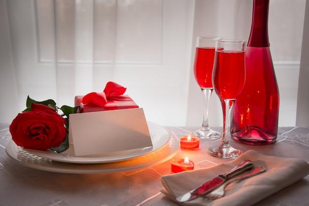 赤いバラとワインでお祝いディナー。バレンタインデー。
