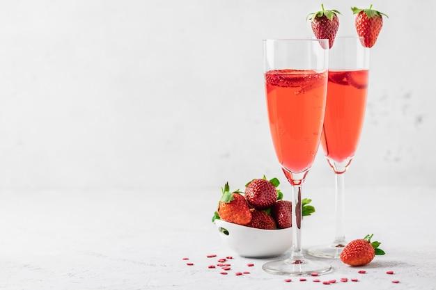 お祝いの飲み物、イチゴのカクテル。