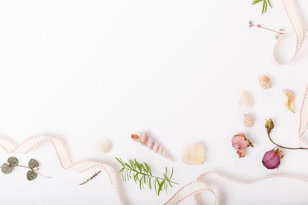 축제 건조하고 신선한 꽃, 조개, 흰색 배경에 장미 구성. 오버 헤드 평면도, 평면 누워. 공간을 복사합니다. 생일, 어머니, 발렌타인, 여성, 결혼식 날 개념