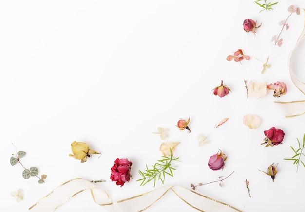 축제 건조하고 신선한 꽃, 조개, 장미, 흰색 배경에 리본 구성. 오버 헤드 평면도, 평면 누워. 공간을 복사합니다. 생일, 어머니, 발렌타인, 여성, 결혼식 날 개념