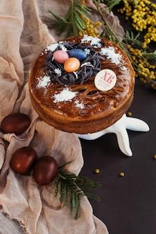 Праздничный пасхальный шоколадный торт с пасхальными яйцами и цветами