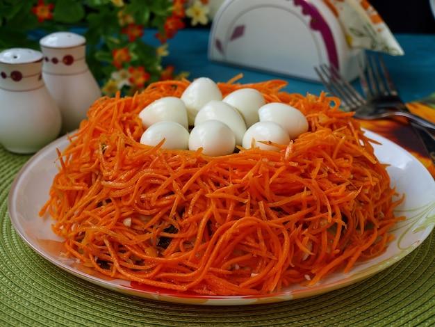 Праздничный пасхальный салат «гнездо» с перепелиными яйцами и корейской морковью