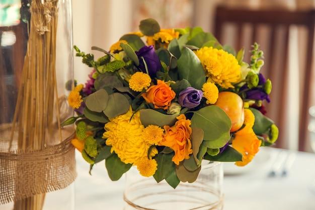 秋のスタイルのお祝いのフローリストリーとイベントのフラワーアレンジメントの装飾。