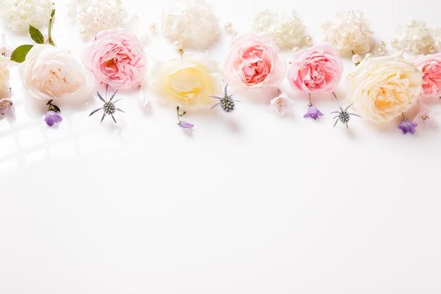 축제 꽃 영어 장미와 흰색 수국 구성 흰색 배경에. 오버 헤드 평면도, 평면 누워. 공간을 복사합니다. 생일, 어머니, 발렌타인, 여성, 결혼식 날 컨셉입니다.