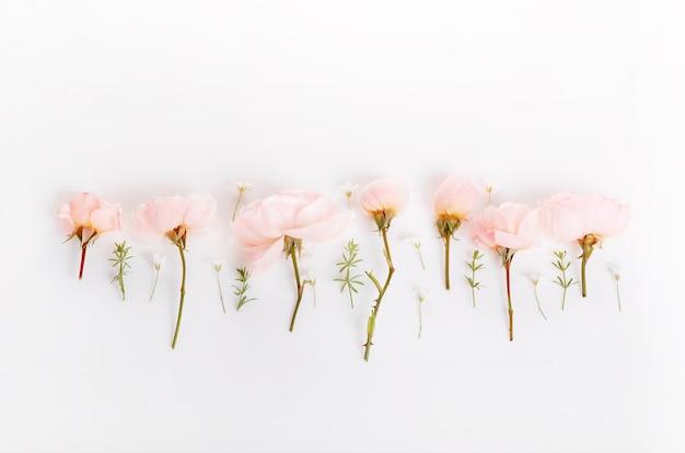 Праздничная цветочная английская розовая композиция на белом фоне. вид сверху, плоская планировка. скопируйте пространство. день рождения, матери, валентинки, женщины, концепция дня свадьбы.