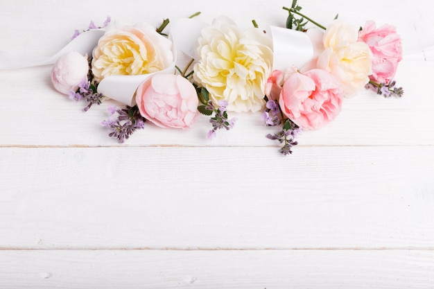 흰색 나무 바탕에 축제 꽃 영어 장미 구성. 오버 헤드보기. 공간을 복사합니다. 생일, 어머니, 발렌타인, 여성, 결혼식 날 컨셉입니다.