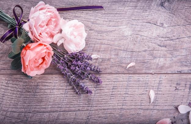 축제 꽃 영어 장미 리본, 나무 배경에 라벤더, 소박한 스타일. 오버 헤드 평면도, 평면 누워. 공간을 복사합니다. 생일, 어머니, 발렌타인, 여성, 결혼식 날 개념