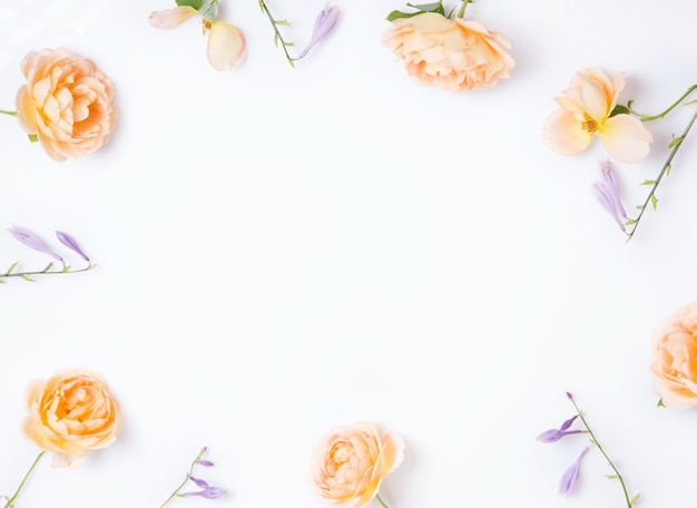 흰색 나무 바탕에 축제 꽃 노란색 주황색 영어 장미 구성. 오버 헤드 평면도, 평면 누워. 공간을 복사합니다. 생일, 어머니, 발렌타인, 여성, 결혼식 날 컨셉입니다.