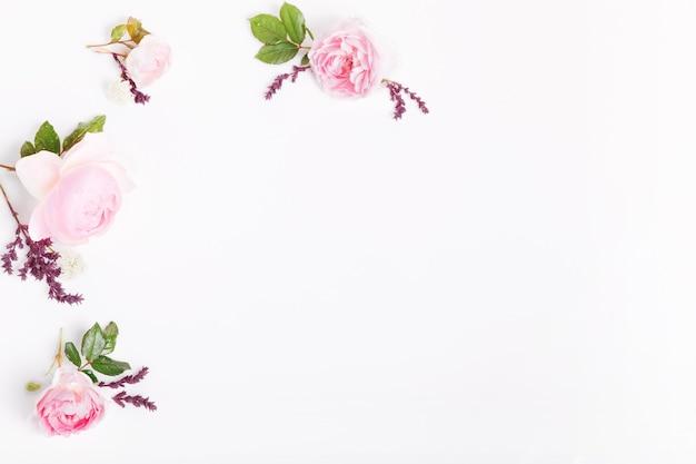 흰색 바탕에 축제 꽃 영어 장미 구성입니다. 오버 헤드 평면도, 평면 누워. 공간을 복사합니다. 생일, 어머니, 발렌타인, 여성, 결혼식 날 개념