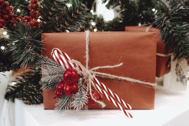 クリスマスツリーの下のお祝いギフトボックス新年の家の装飾サンタの紙のラッピングプレゼント