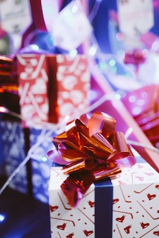 赤いリボンが付いたお祝いのギフトボックス新年の飾りサンタプレゼントの紙ラッピング