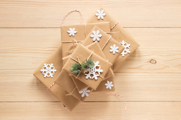 Праздничные подарочные коробки на деревянном фоне
