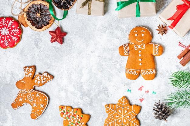 テーブルの上のお祝いのジンジャーブレッドクッキー