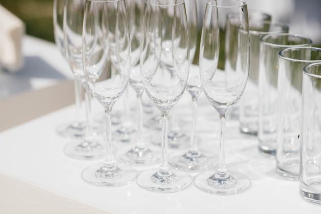 宴会中にお祝いテーブルにお祝いグラス。アルコール飲料。