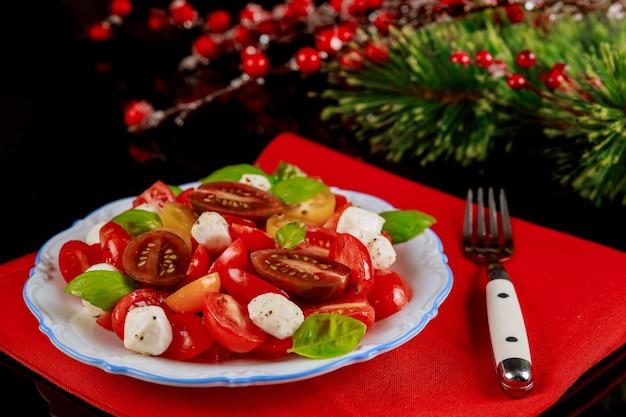 新年やクリスマスディナーの装飾が施されたお祭りのヘルシーサラダ。