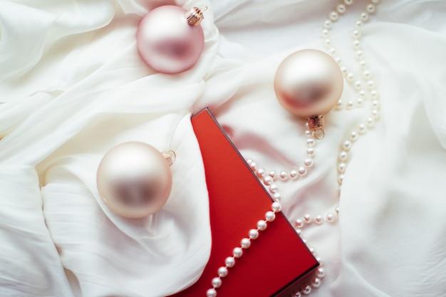 Праздничные праздничные украшения и подарки атмосфера рождества вокруг