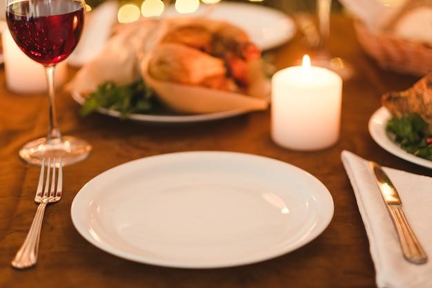 레스토랑에서 축제 휴일 저녁. 친구 또는 가족 개념과 함께 밤을 보내십시오.