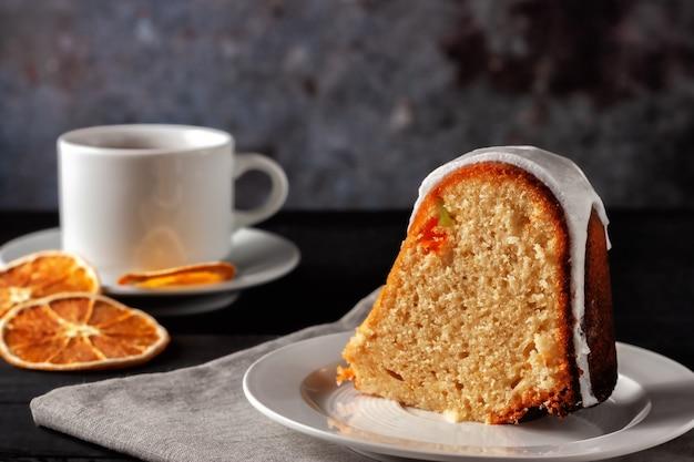 お祭りの自家製ケーキ。木製の背景にタンパク質のアイシングと丸い大きなマフィン