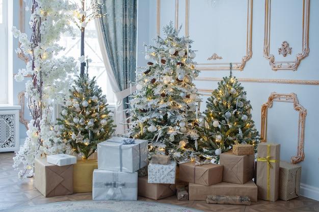 お祝いのインテリア:クリスマスツリーと枕、ギフト付きソファ。クリスマスと新年のコンセプト。