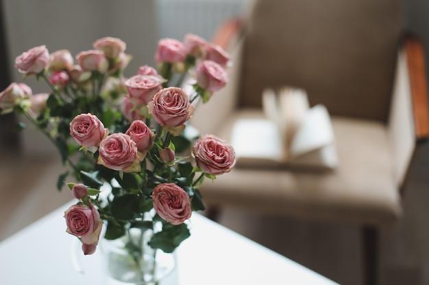Праздничное украшение интерьера цветами в вазе Premium Фотографии