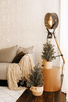 Праздничный интерьер с украшенной елкой и диваном