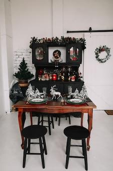 Праздничная кухня в новогодних и рождественских украшениях
