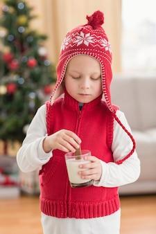 우유에 쿠키를 담그고 축제 소년