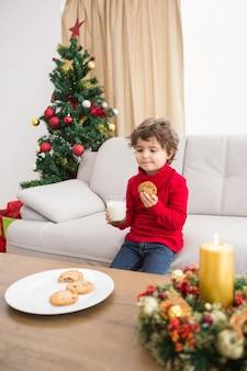 牛乳とクッキーを持つお祭りの少年