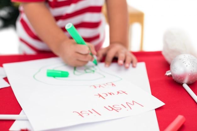 Праздничный маленький мальчик, написание списка желаний