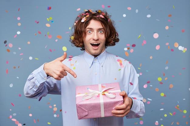お祝いの、活気のある誕生日の男が写真のポーズをとった