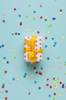 お祝いの素敵な紙吹雪の構成