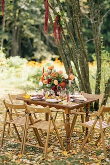 가을 정원에서 즐기는 축제 점심