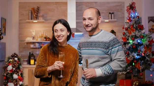 ビデオ通話会議を使用してお祝いの男性と女性
